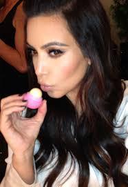 Kim med sin EOS læbepomade